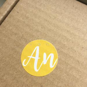 logo stickers geel van an handlettering