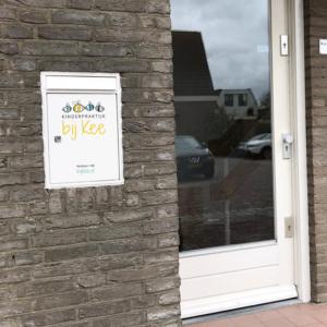 sticker brievenbus huisstijl logo Kinderpraktijk Bij KEe